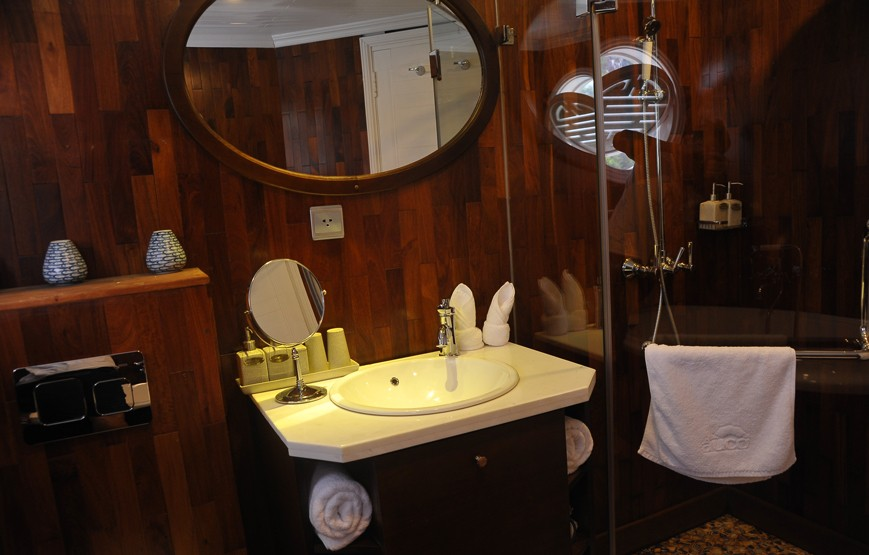 halong-bay-luxury-cruises-luxury-bathroom-amenity